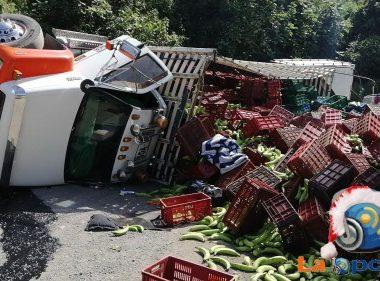 Vehículo con cargamento de plátano se volcó en la vía de La Soberanía