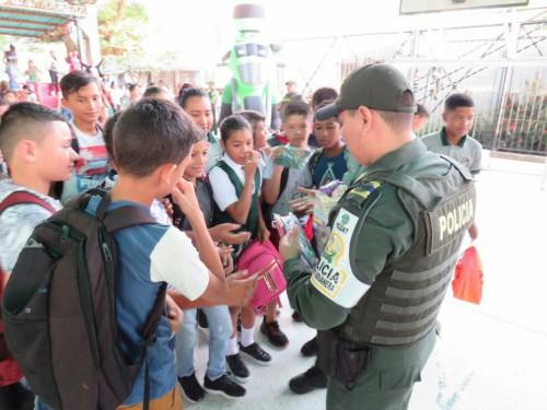 Reforzando valores y principios como base cívica: Policía Fiscal y Aduanera de Arauca, con la gente