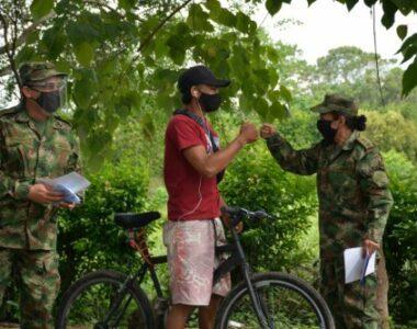 Profesionales Oficiales de Reserva del Ejército Nacional repartieron más de 500 tapabocas en el municipio de Arauca